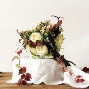 BOUQUET OF AUTUMN: white roses, hydrangeas and raspberries between elements of nature #autumnbouquet #bouquetautunno #bouquetrosebianche #weddingbouquet #weddingautumn