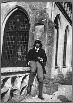 Amadeo de Souza Cardoso, 1887-1918  Amadeo de Souza Cardoso no Château de Keriolet (Bretanha, França). Data de produção da fotografia: 1912.