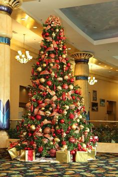 9ec3a58d4803a63a3ec3c193d09c3912.jpg 683×1,024 pixels Noel Christmas, Christmas Tree Ornaments, Red And Gold Christmas Tree, Christmas Tree Themes, Beautiful Christmas Trees, Christmas Scenes, Christmas Colors, Xmas Trees, Christmas Ideas
