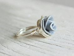 Blue rose ring oh my heak this is so cute Wire Rings, Wire Wrapped Rings, Wire Jewelry, Jewelry Box, Jewelry Rings, Jewelry Accessories, Handmade Jewelry, Jewelry Design, Jewelry Making