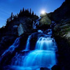 La puesta de la luna se observa sobre una cascada cerca de Logan Pass en el Parque Nacional de Montana . Foto: AP