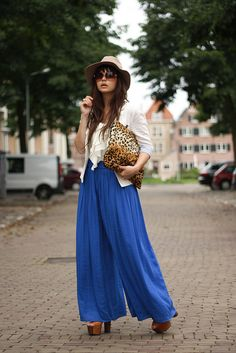 blue wide pants, into her look. Street Chic, Street Style, Zen, Fall Fashion Trends, Fashion Blogs, Fashion Spring, Fashion Styles, Vogue Us, Wide Pants