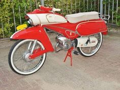 Vintage Bikes, Retro Vintage, Motorcycle Posters, Motor Scooters, Classic Bikes, Bike Design, Cars And Motorcycles, Motorbikes, Honda