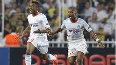 Andre Ayew comemora gol do Olympique de Marselha contra o Fenerbahçe.