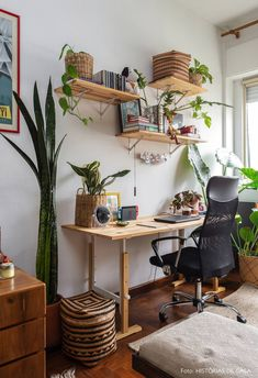 Зелень в интерьере Home office com piso de taco, prateleiras de mão francesa, escrivaninha de madeira e plantas em cachepôs de palha. Home Office Space, Home Office Design, Home Office Furniture, Home Office Decor, Home Interior Design, Small Office, White Office, Office Setup, Furniture Stores