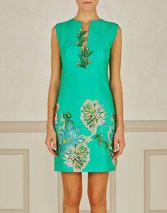 Realizzato in misto cotone lucido, questo abito verde Blumarine ha una linea svasata e collo a V con applicazioni floreali dalle tonalita' blu e verdi. Il messaggio di questa collezione e' preciso: realta', con un tocco di magia.