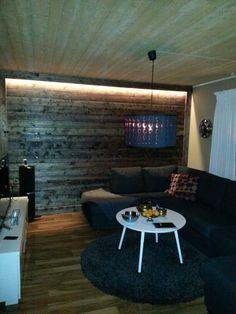 Klädde om väggen i plank som lackbetsades i mörkbrunt och satte sedan  upp en ljusslinga bakom översta plankan.
