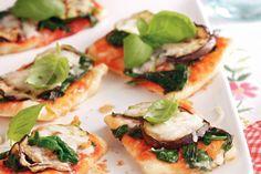 Pizza met gegrilde aubergine & courgette, spinazie en geitenkaas. Jammie! (We hebben 1 grote pizza gemaakt en de hoeveelheden gedeeld door 4, kan als hoofdgerecht voor 4 (evt met salade).)