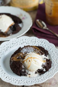 Salted Caramel Molten Lava Cakes for Two Romantic Desserts, Romantic Meals, Romantic Dinner Recipes, Romantic Dinner For Two, Mini Desserts, No Bake Desserts, Just Desserts, Delicious Desserts, Chocolate Lava