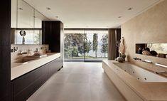 Esta casa construida a las orillas de un lago en Suiza, destaca por su carácter majestuoso y su estética sofisticada.