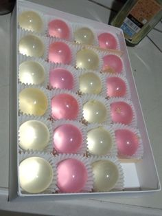 These look like orbez Japanese Candy, Japanese Sweets, Japanese Food, Japanese Wagashi, Gelatina Jello, Strawberry Sweets, Easy Baking Recipes, Cute Desserts, Food Platters