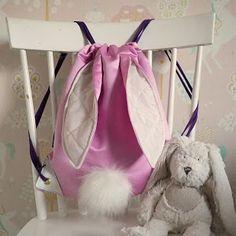 Ilahdutusta ja DIY:Sydänpussukka - Punatukka ja kaksi karhua Salopette Jeans, Couture, Leather Backpack, Fashion Backpack, Pouch, Easter, Backpacks, Crafts, Bags