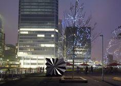 L'agence Make Architects de Londres a conçu deux kiosques en préfabriqués sur la place Canary Wharf.