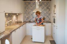 Reamenajarea unei case din Arad sau cum sa insufletesti un spatiu cu proiecte DIY- Inspiratie in amenajarea casei - www.povesteacasei.ro Kitchen Island, Kitchen Cabinets, Case, Home Decor, Island Kitchen, Decoration Home, Room Decor, Cabinets, Home Interior Design