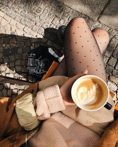 Image about fashion in Coffee & Tea Time by blondechanel Coffee And Books, Coffee Love, Coffee Break, Coffee Shop, Neue Outfits, Autumn Aesthetic, Autumn Cozy, Coffee Photography, Foto Pose