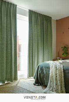 Wil je graag meer rust in de woonkamer, slaapkamer of keuken? Geluidswerende gordijnen zijn dan de ideale raamdecoratie. Ze passen goed bij een moderne of landelijke stijl. Ook verkrijgbaar in linnen of velours. Kom er achter welke gordijnen het meest geluidswerend zijn in onze blog op Veneta.com. | Raambekleding | Wooninspiratie Curtains, Home Decor, Velvet, Blinds, Decoration Home, Room Decor, Draping, Home Interior Design, Picture Window Treatments