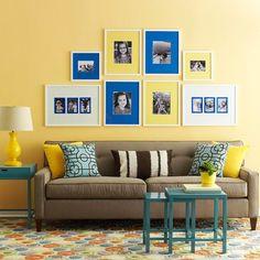 Sofá marrom com amarelo e azul