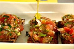 Brusschetta con Tomate Chile, Bruschetta, Ethnic Recipes, Food, Easy Cooking, Food Recipes, Bon Appetit, Meal, Essen