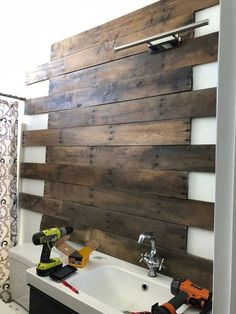 Use Pallet Wood Projects to Create Unique Home Decor Items Handmade Home Decor, Unique Home Decor, Home Decor Items, Diy Home Decor, Creative Decor, Foyer Design, Diy Design, Pallet Bathroom, Bathroom Furniture
