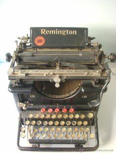Vintage Tools, Retro Vintage, Shoulder And Arm Workout, Films Western, Writing Machine, Antique Typewriter, Vintage Typewriters, Old Tv, Phonograph