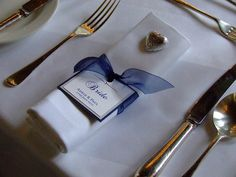 simple way to tie nin your color with the table setting as well as place cards