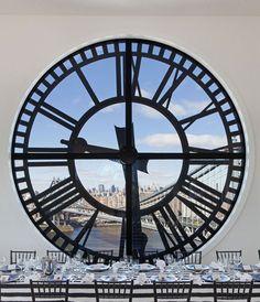 El Clock Tower Building de Downtown se ilumina por la luz que se filtra a través de las caras de los cuatro relojes que funcionan como ventanas de Manhattan