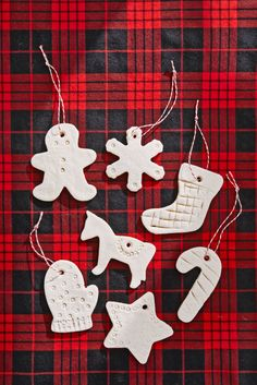62 homemade christmas ornaments - diy crafts with christmas tree ornaments. Diy Christmas Decorations, Diy Christmas Ornaments, Diy Christmas Gifts, Homemade Ornaments, Cheap Christmas, Christmas Kitchen, Homemade Decorations, Felt Christmas, Simple Christmas