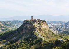 Civita di Bagnoregio er en god kandidat til tittelen for Italias mest spektakulære landsby. Men utseendet har sin pris. Monument Valley, Grand Canyon, Nature, Travel, Italia, Naturaleza, Viajes, Destinations, Grand Canyon National Park