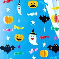 ハロウィンの吊るし飾り。高齢者にはなじみの薄いハロウィンですが、由来などを伝えながら行事として取り入れてみませんか?#身近な材料で作れるのもうれしい#本誌掲載の型紙を使えばかんたん#ハロウィン#秋の制作 #介護レク #デイサービス #2016_09_10月号 Diy Halloween Decorations, Halloween Crafts, Holiday Crafts, Halloween Party, Kindergarten Songs, Xmas Theme, Letter A Crafts, Diy Pumpkin, Scary Halloween