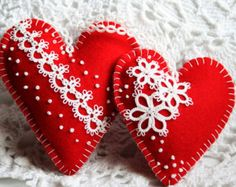 Two Red Felt Heart Sachets with Tatted Hearts di KnotTherapy   <3