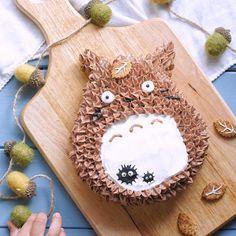 トトロケーキ My Neighbor Totoro Cake となりのトトロにハマった娘と 一緒に作ってみました ふわふわのジェノワーズを焼いて チョコレートクリームと 栗の渋皮煮をはさんだケーキ まっくろくろすけもいるよ となりの