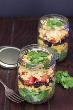 Mexican salad in a jar from Finnegan Finnegan Wied (A Zesty Bite) Mason Jar Meals, Meals In A Jar, Mason Jars, Mexican Salads, Mexican Food Recipes, Salad In A Jar, Cooking Recipes, Healthy Recipes, Food And Drink