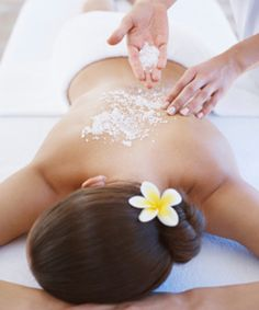 Massage with a combination of body scrub! This popular body treatment is like a facial for the body. It exfoliates and hydrates your skin, leaving it smooth and soft. Cellulite Scrub, Anti Cellulite, Party Expert, Body Scrub Recipe, Body Spa, Body Wraps, Body Treatments, Massage Therapy, Massage Spa
