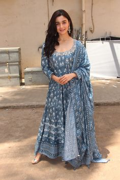 can be made adaptable with various styles like medium length kurti, floor length kurtis or short kurtis. They can also be varied with the & as well. Casual Indian Fashion, Indian Fashion Dresses, Indian Gowns Dresses, Dress Indian Style, Pakistani Dresses, Indian Attire, Indian Ethnic Wear, Kurta Designs, Ethnic Outfits