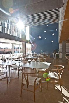 La rotura de la monotonía, especialmente en las fachadas exteriores e interiores, ofrece una variación rica en matices de luces sombras. OD Port Portals Mallorca.