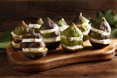 Bastano pochi ingredienti e 5 minuti per proporre un antipasto fresco, estivo e sfizioso. Proprio come questo dei fichi con il formaggio! Prova la ricetta del Cucchiaio d'Argento!