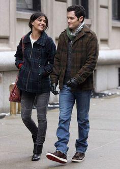 "Penn Badgley as Dan Humphrey and Jessica Szohr as Vanessa Abrams ""The Grandfather"" Gossip Girl Vanessa, Dan Gossip Girl, Gossip Girl Series, Girls Tv Series, Gossip Girls, Jessica Szohr, Gossip Girl Outfits, Gossip Girl Fashion, Vanessa Abrams"