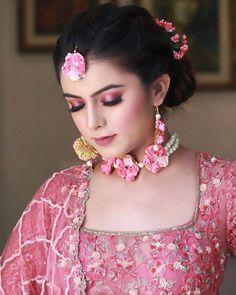 Bridal Eye Makeup, Bridal Makeup Looks, Indian Bridal Makeup, Indian Bridal Fashion, Bride Makeup, Flower Jewellery For Haldi, Flower Jewelry, Indian Bridal Photos, Bridal Photoshoot