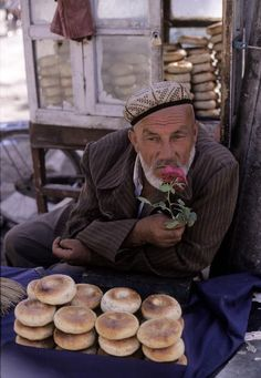 'Bread vendor in Kashgar's market, Xinjiang, China, 1999' © Hiroji Kubota