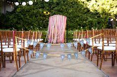 Cortina de cintas de colores y banderines para decorar una boda civil