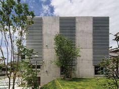 這是建築師 大江一夫+大江てるみ 的設計作品,名為「Light Cube」的住宅,位於東京浜松駅附近,基地環境經常有季節性強風的問題,如何從外觀條件上設定適應環境因素的影響,成為建築師面臨的課題。以避風同時考量採光,窗戶的開口方向做了多種調整,映射光影的美感到室內。  via 株式会社マニエラ建築設計事務所
