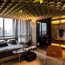 O loft de 50 m², planejado por Consuelo Jorge, tem ares contemporâneos e se destaca pelo uso de peças em gesso com estética volumétrica e cores degradê.