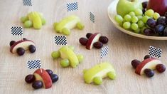 Apple and grape racing cars ✓ Lightweight crafting ideas ✓ Snack sp .- Rennautos aus Äpfeln und Weintrauben ✓ Kinbderleichte Bastelidee ✓ Snack-Sp… Racing cars made of apples and grapes ✓ Kinbderlight … - Snacks Für Party, Fruit Snacks, Fun Fruit, Food Carving, Homemade Baby Foods, Food Humor, Lidl, Baby Food Recipes, Vegan Recipes