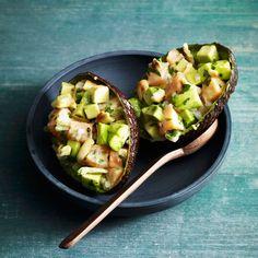 Dieser Salat schmeckt köstlich und macht fröhlich: Lachs trägt zur Serotoninproduktion im Körper und damit zu geistigem und körperlichen Wohlbefinden...