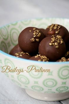 """Chocolates homemade"" Baileys chocolates // feed me up before you go-go The post Sweet for the pre-Christmas season: Baileys chocolates appeared first on Win Dessert. Keto Donuts, Mini Donuts, Baked Donuts, Donuts Donuts, Chocolate Baileys, Chocolate Donuts, Chocolate Recipes, Delicious Cake Recipes, Yummy Cakes"