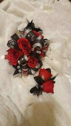 Hen House Designs is a full service silk florist in Denham Springs, LA specializing in wedding flowers and prom corsages, wreaths, holiday decorating and more. Black Corsage, Red Corsages, Flower Corsage, Homecoming Flowers, Homecoming Corsage, Prom Flowers, Wrist Corsage Wedding, Prom Corsage And Boutonniere, Boutonnieres
