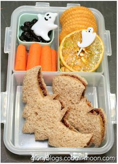 i should be mopping the floor: 20 Halloween Lunch Box Ideas Halloween Snacks, Hallowen Food, Healthy Halloween, Halloween Sandwich, Scary Halloween, Kids Lunch For School, Healthy Lunches For Kids, School Lunches, Bento Box Lunch
