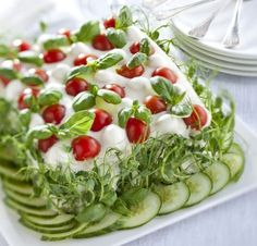 Tee ensin täyte. Raasta kurkku ja purista raasteesta neste pois. Valuta ja hienonna aurinkokuivatut tomaatit. Murenna feta- tai salaattijuusto…