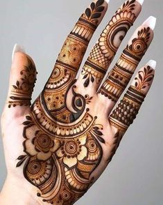 Henna tattoo designs are for tattoo lovers who don't wish to go under the needles. Check out some breathtaking henna tattoos for wrists, arms, and legs here. Henna Hand Designs, Mehndi Designs Finger, Palm Mehndi Design, Modern Henna Designs, Latest Arabic Mehndi Designs, Mehndi Designs Feet, Mehndi Designs Book, Mehndi Designs 2018, Mehndi Designs For Beginners