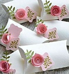 Pillow box with roses. Very cute love the simple white concpet! Pillow box with roses. Very cute love the simple white concpet! The post Pillow box with roses. Very cute love the simple white concpet! appeared first on Cadeau ideeën. Wedding Cards, Diy Wedding, Floral Wedding, Origami Wedding, Wedding Ideas, Wedding Flowers, Wedding Gifts, Origami Box, Wedding Boxes